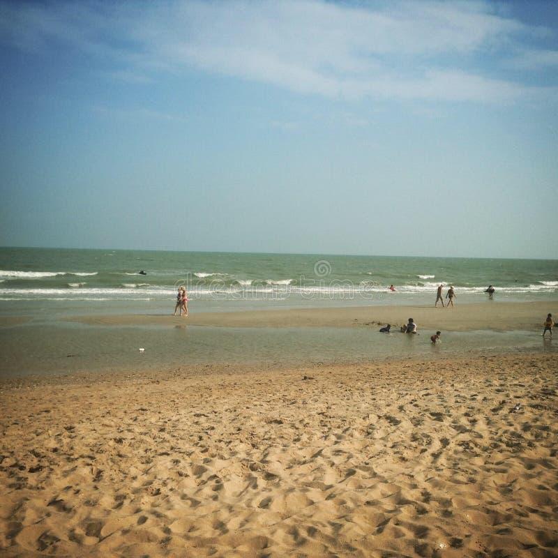 Blå himmel med stranden och havet arkivbild