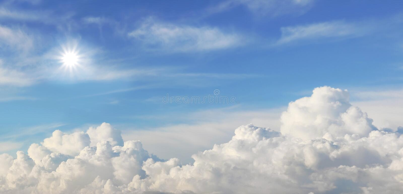 Blå himmel med travde moln och den ljusa solen royaltyfria bilder