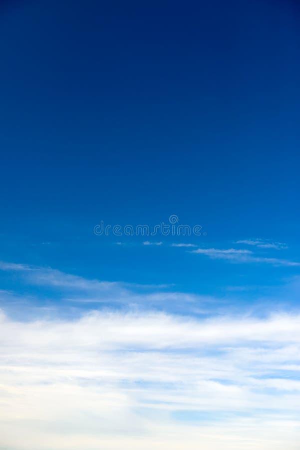 Blå himmel med trevlig cloudscape royaltyfria foton