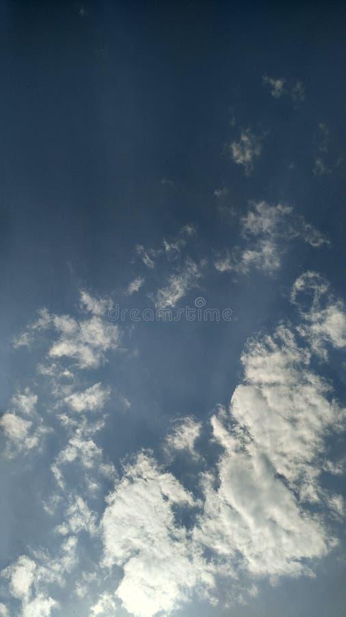 Blå himmel med vit fördunklar/blå himmel, och vit fördunklar arkivfoton