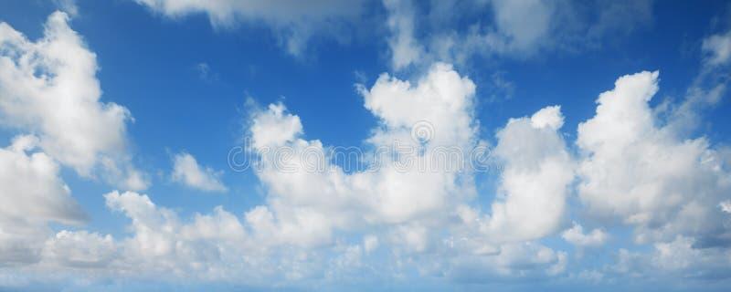 Blå himmel med vita moln, panorama- bakgrund arkivbild