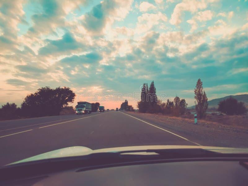 Blå himmel och bil arkivbilder