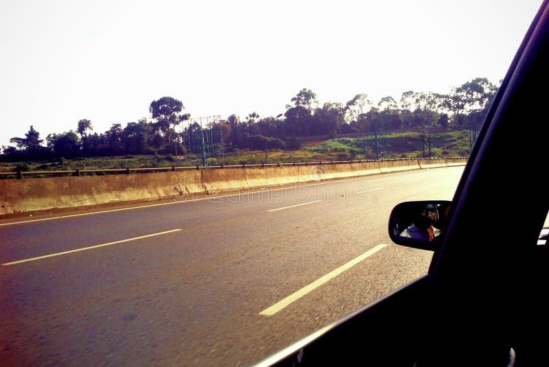Blå himmel och bil arkivfoton