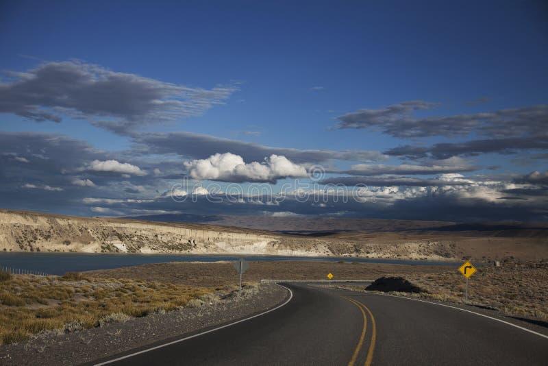 Blå himmel och bil arkivbild