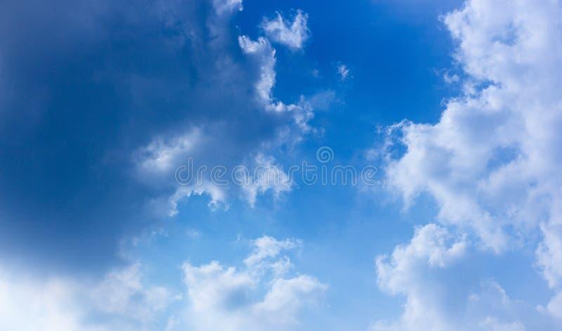 Bl? himmel och fluffig molnplats royaltyfri fotografi