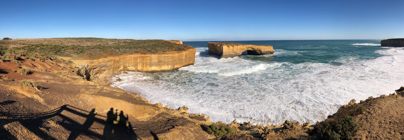 Bl? himmel och hav, brun robust stenig kust royaltyfri bild
