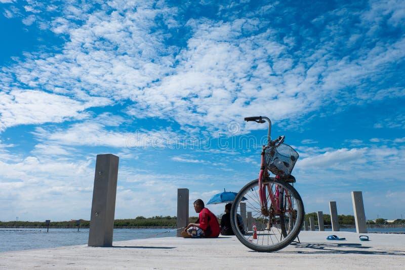 Blå himmel och hav och barn och cykel royaltyfria bilder