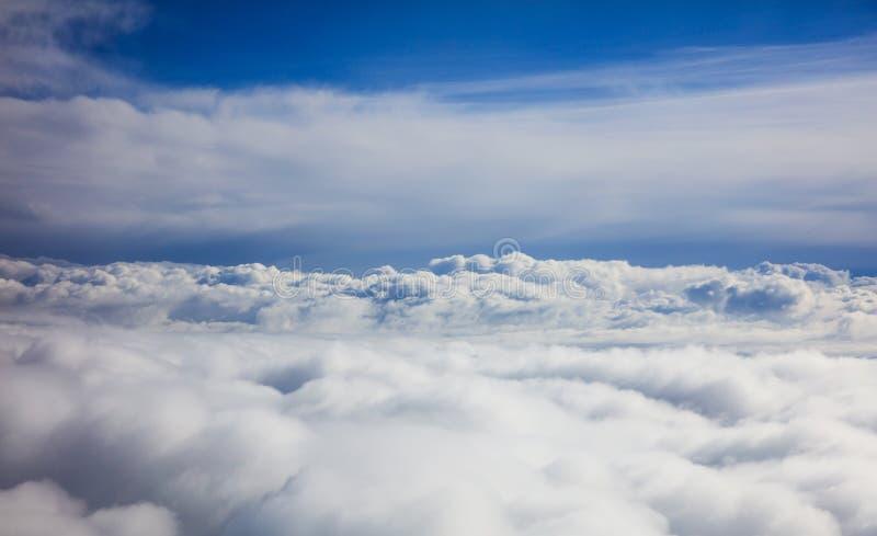 Blå himmel och moln - sikt från plant fönster royaltyfria bilder