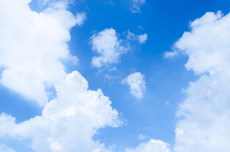 Blå himmel och moln som används som bakgrund arkivfoton