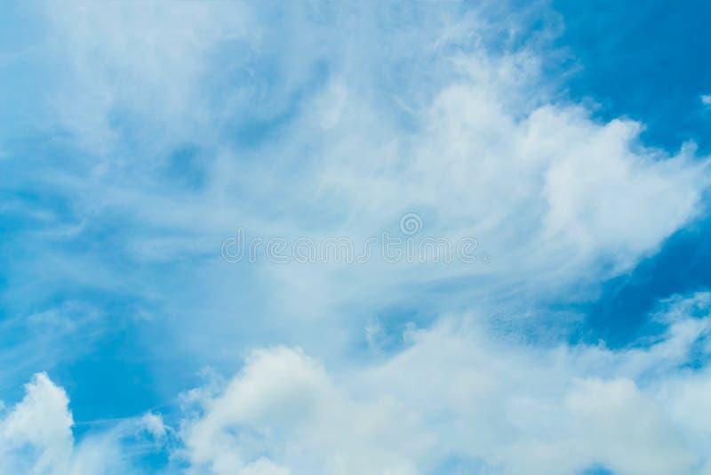 Blå himmel och molnigt royaltyfria bilder