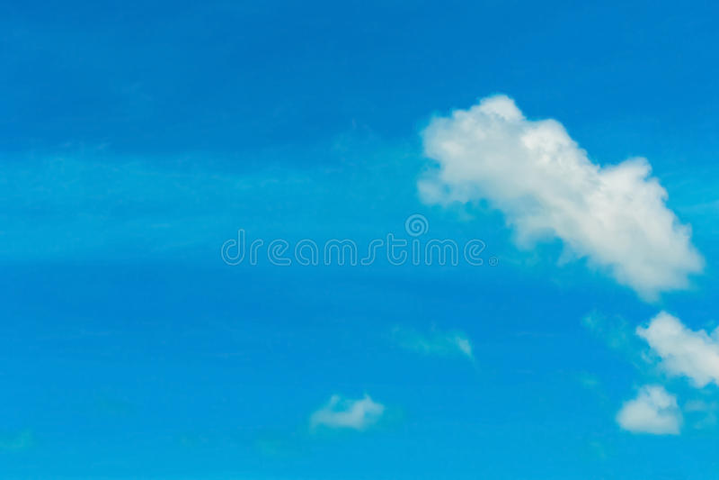 Blå himmel och molnigt arkivfoto