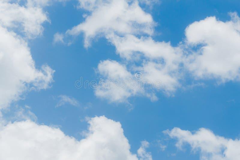 Blå himmel och molnigt royaltyfri bild