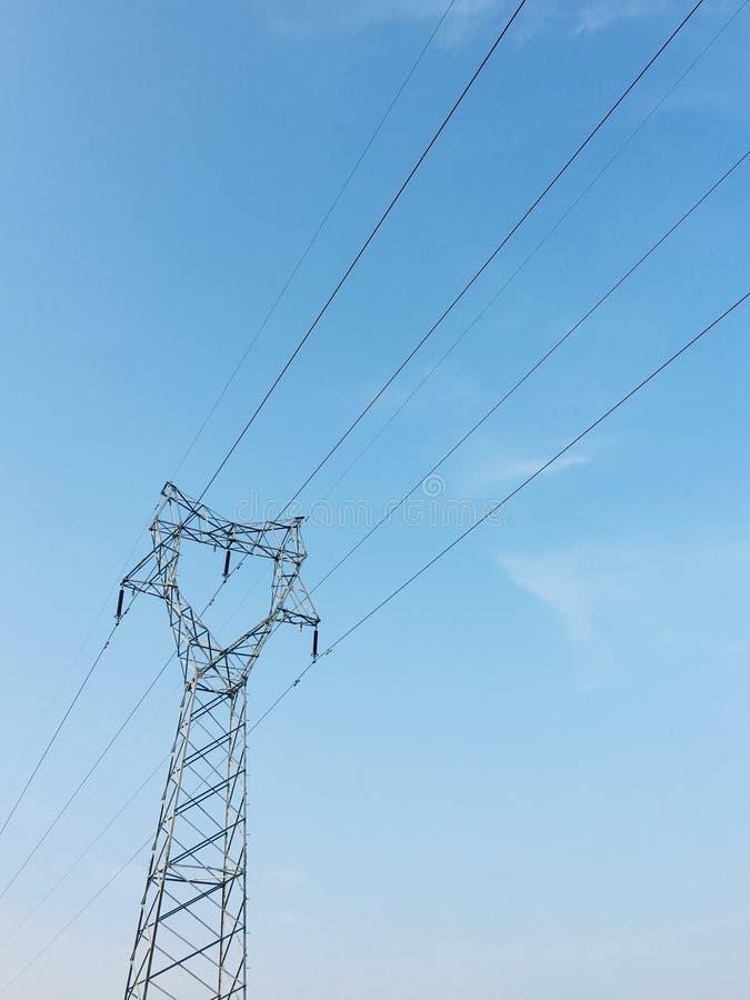 Blå himmel och pol, telefonväggpapper royaltyfri fotografi