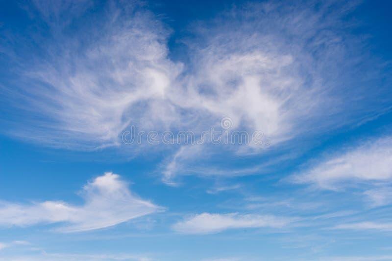 Blå himmel och vit fördunklar för bakgrund arkivfoton