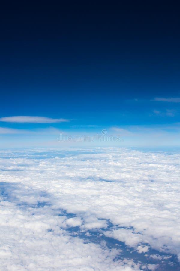 Blå himmel ovanför det mulna molnet arkivfoton