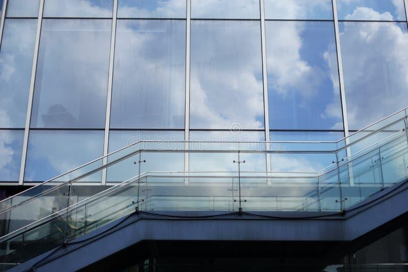 Blå himmel på modern glass byggnad arkivfoto