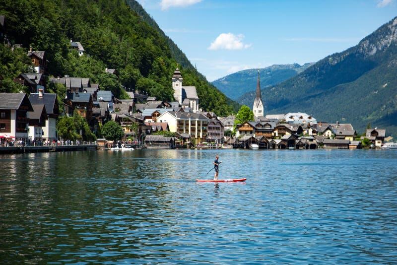 Blå himmel Paddleboarding för Hallstadt Österrike Unesco royaltyfria foton