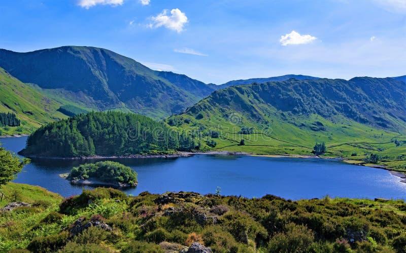 Blå himmel som tänker på den Haweswater behållaren, sjöområde, Cumbria arkivfoton