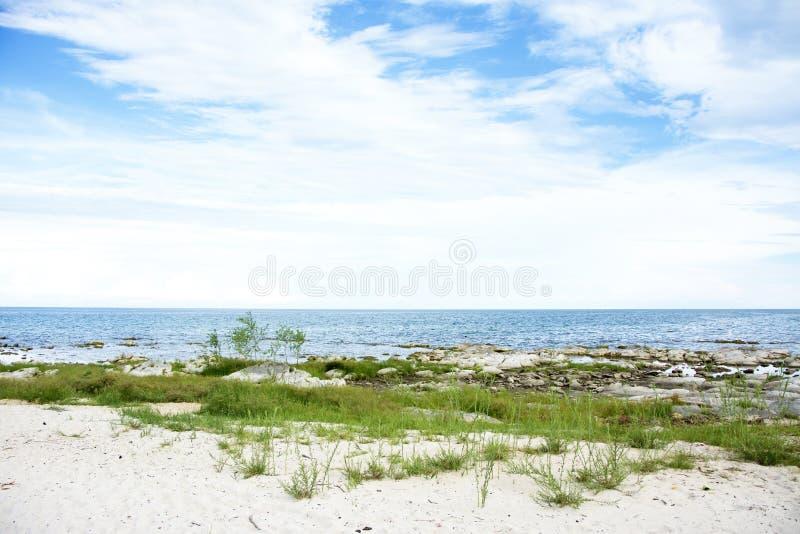 Blå himmel, Sunny Day, härlig Chintheche strand, sjö Malawi royaltyfria foton