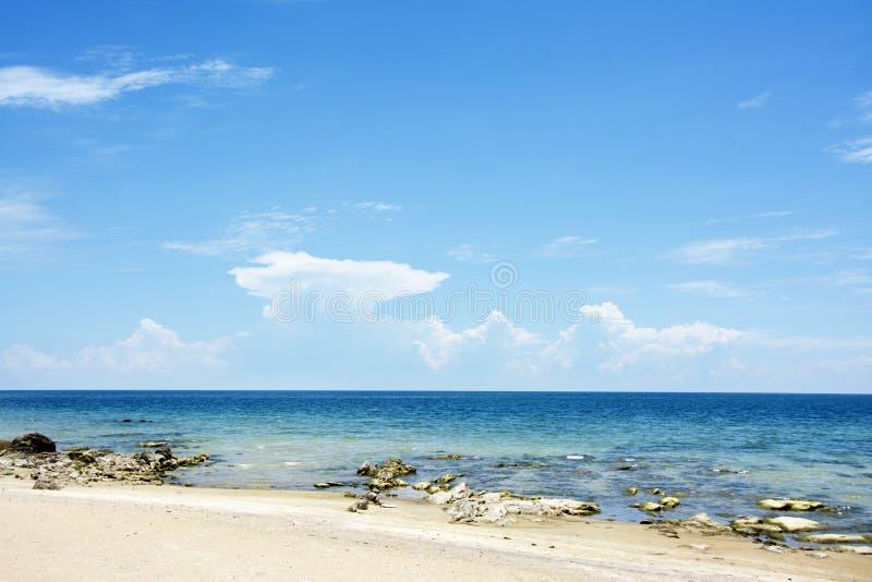 Blå himmel, Sunny Day, härlig Chintheche strand, sjö Malawi royaltyfria bilder