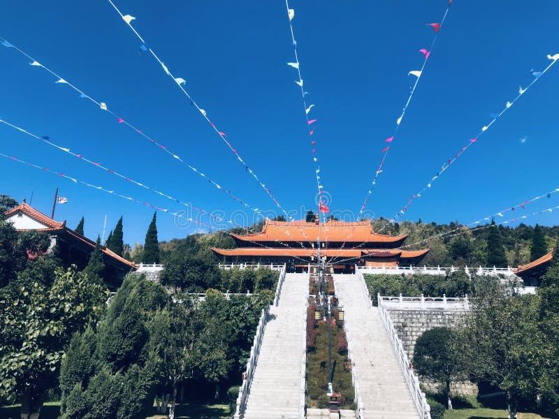 Blå himmel, vita moln, tempel arkivbild