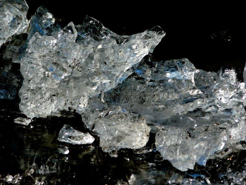 Blå iscrystall, från den djupfrysta Tisa floden arkivfoton