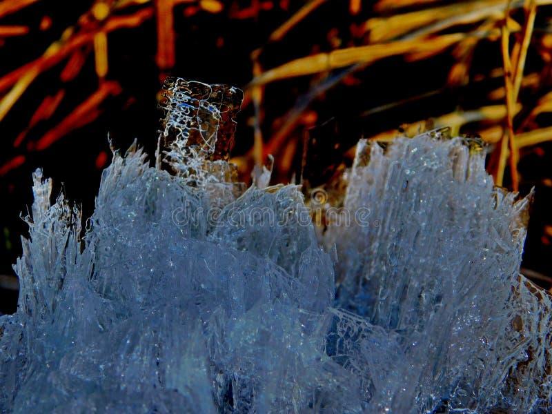 Blå iscrystall, undervattens- kristallisering fotografering för bildbyråer