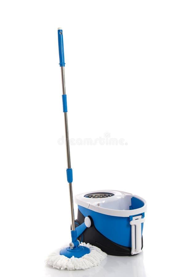 Blå isolerad golvmopp- och blåtthink royaltyfri foto