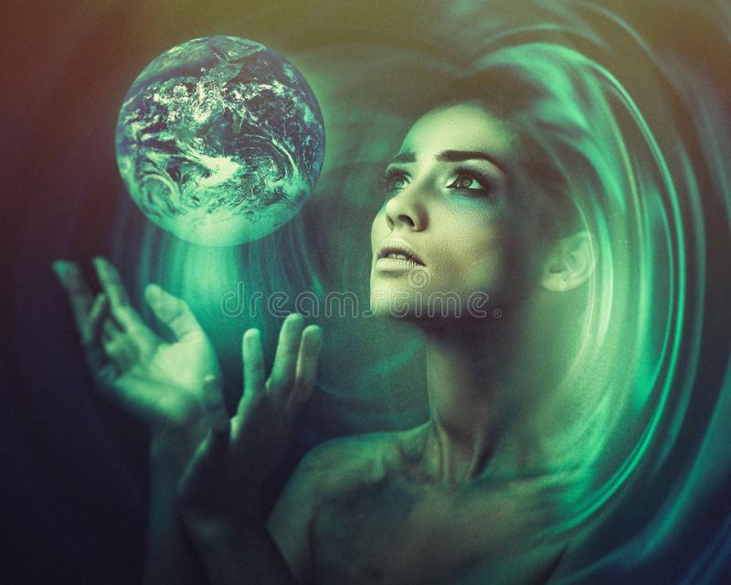 Blå jord i henne händer Födelse av ett nytt universum arkivfoto
