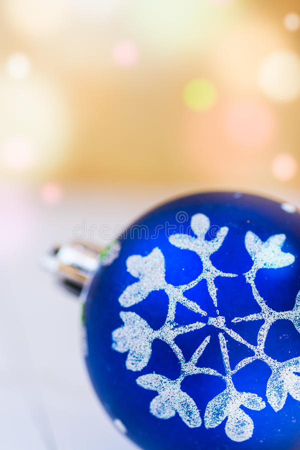 Blå jul klumpa ihop sig med guld- bakgrund för den vita snöflingaprydnaden med färgrika konfettisignalljusljus, kopieringsutrymme arkivfoton