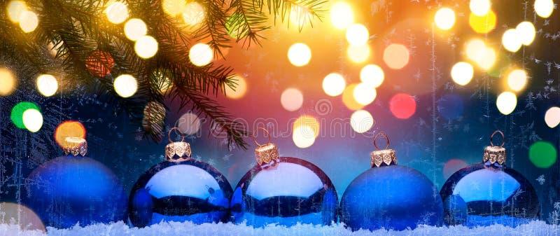 Blå jul; Semestrar bakgrund med Xmas-garnering arkivfoto