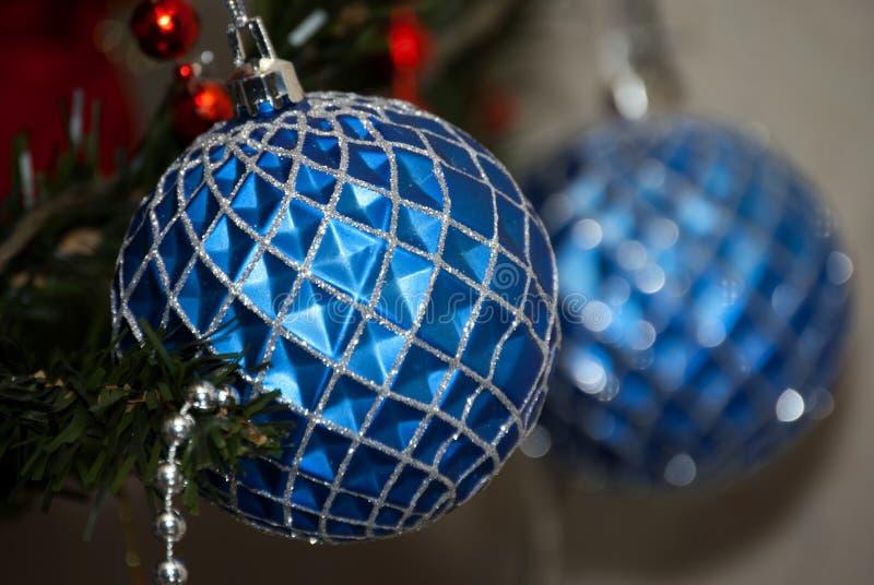 BLÅ julbalsl i blure royaltyfria bilder