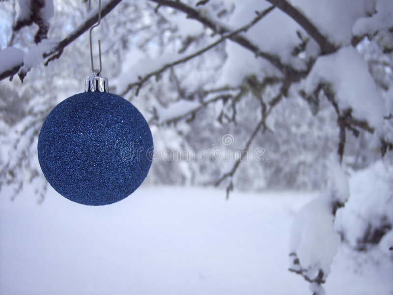blå julprydnad arkivbild