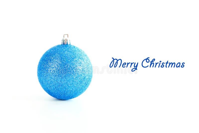 Blå julstruntsak som isoleras på vit bakgrund med kopieringsutrymme arkivbilder