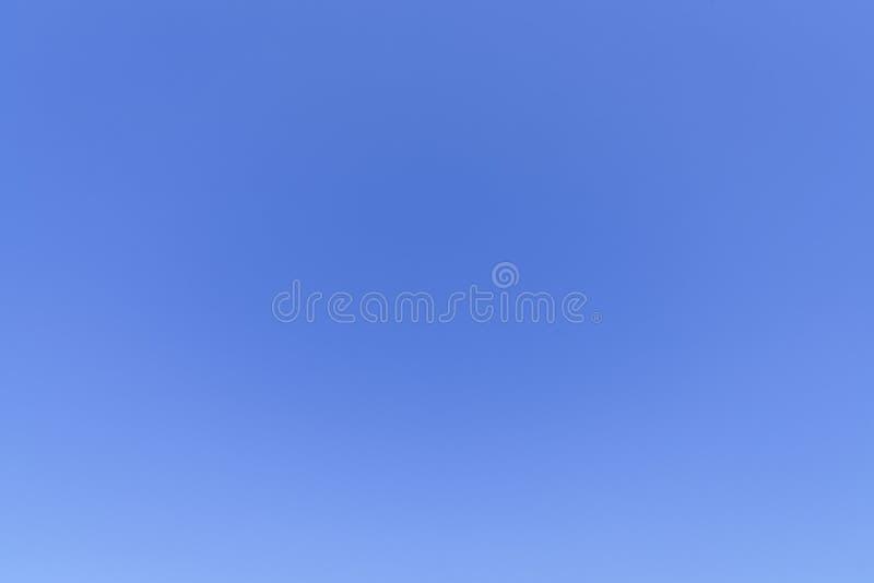 blå klar sky för bakgrund arkivfoto