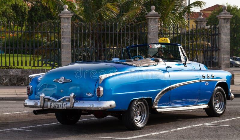 Blå klassisk bil för amerikan i Kuba som taxien arkivfoton