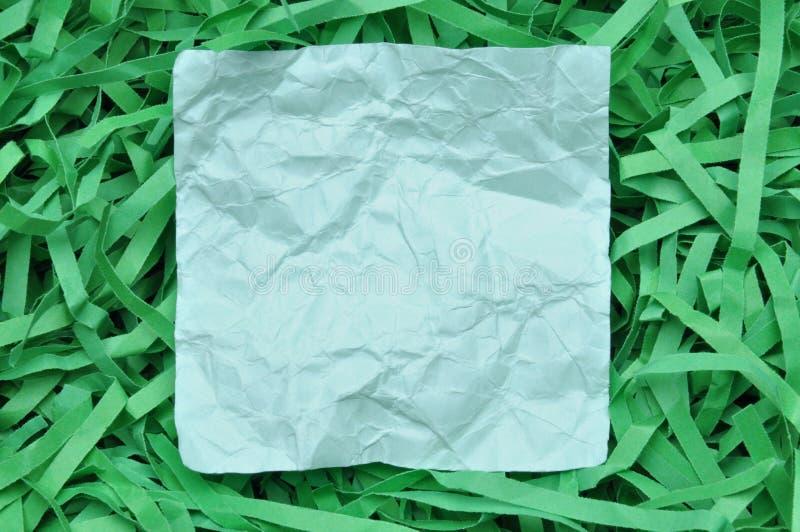 Blå klibbig anmärkning på strimlat papper royaltyfria bilder