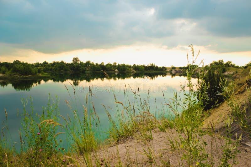 Blå krita bryter sten landskapcloseupen i sommartid Stad Bereza, Vitryssland royaltyfri foto