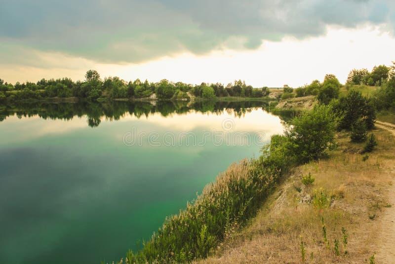 Blå krita bryter sten landskapcloseupen i sommartid Stad Bereza, Vitryssland arkivfoton