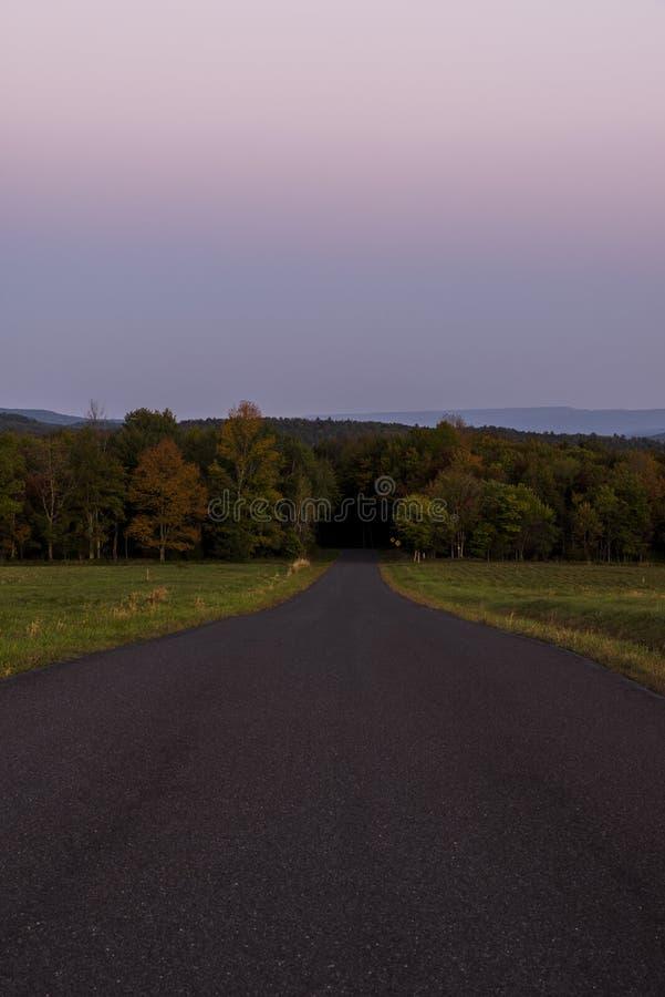 Blå kulle på den solnedgång-/blåtttimmen - Catskill berg, New York royaltyfri fotografi
