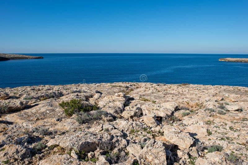 Blå kust av Portinatx på ön av ibizaen royaltyfri fotografi