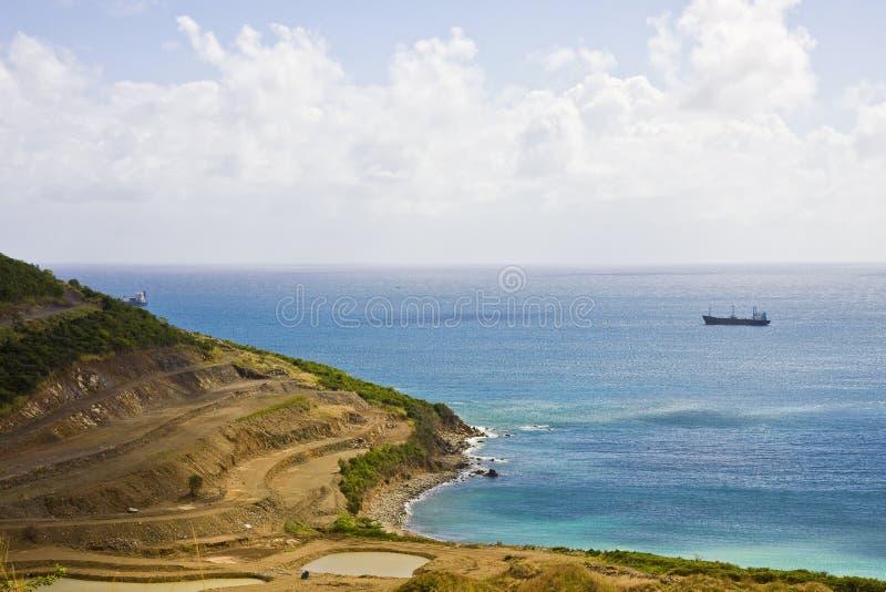 blå kustfrieghter av avrivet vatten arkivbilder