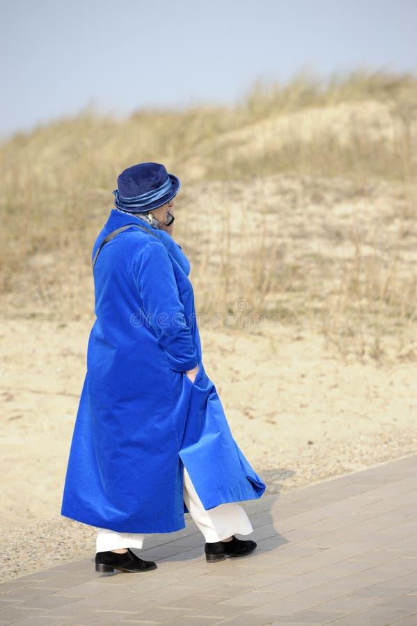 blå kvinna för pensionär för celltelefon royaltyfria bilder