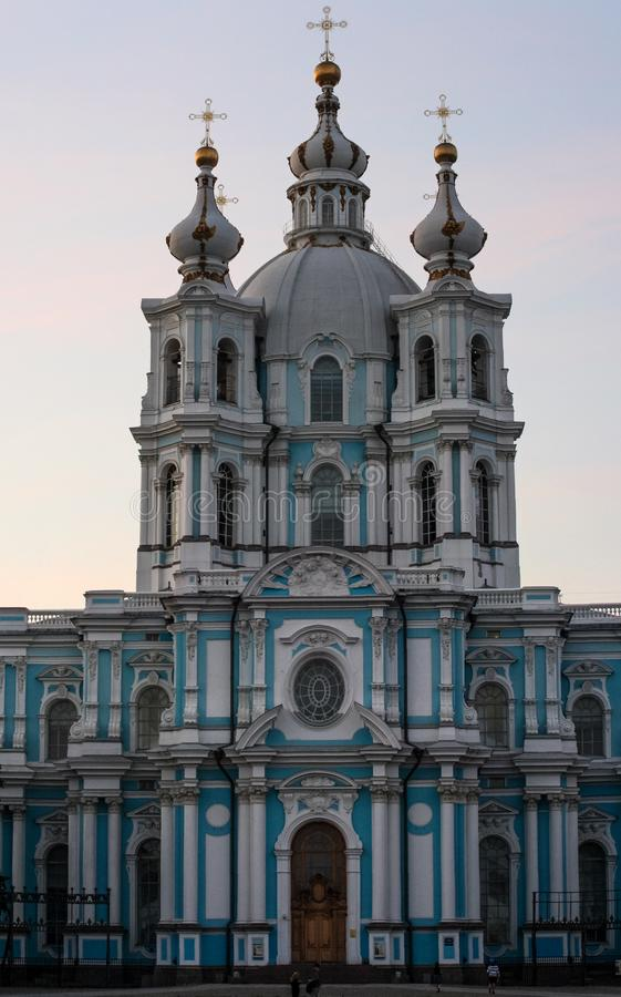 Blå kyrklig främre sikt Byggnad med guld- kupoler arkivbilder