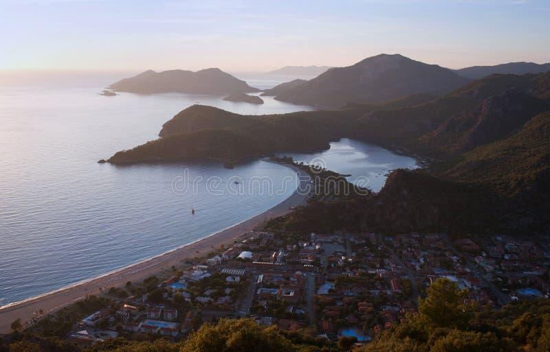Blå lagun på solnedgången i Olu Deniz, Turkiet royaltyfria bilder