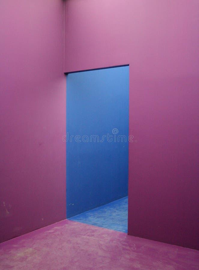 blå lampa - violett vägg royaltyfri foto