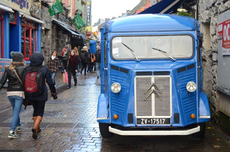 Blå lastbil som parkeras i stadsgatorna av Galway, Irland royaltyfria foton