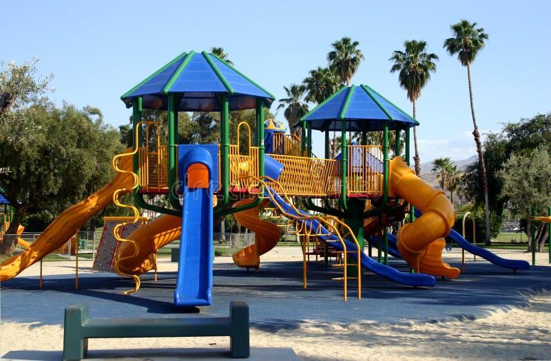 blå lekplatsglidbana arkivfoto