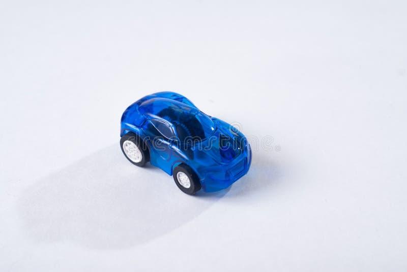 Blå leksakbil för plast- på vit bakgrund, enkel design, barns leksak stock illustrationer