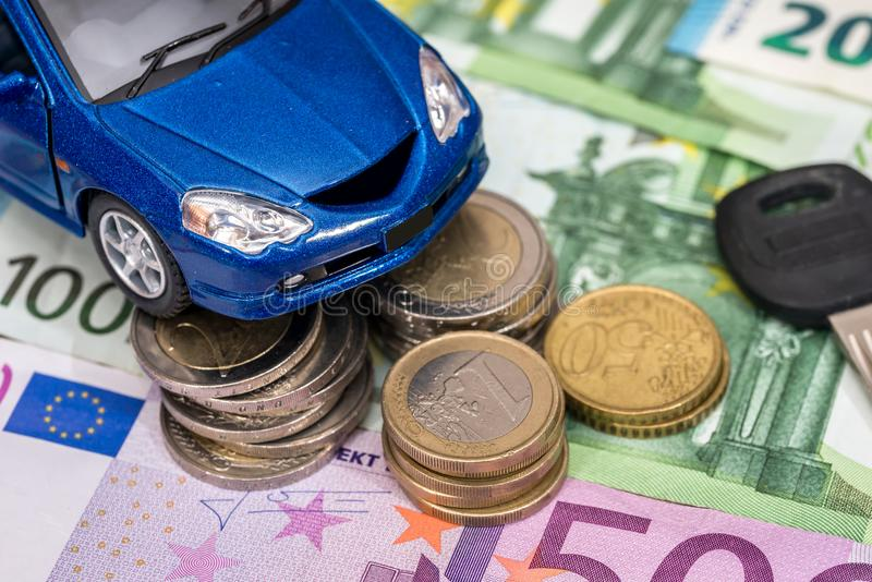 blå leksakbil med tangenten, euroräkningar arkivbilder